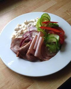 Rostbiff, pastrami med potatissallad och grönsaker 75:-